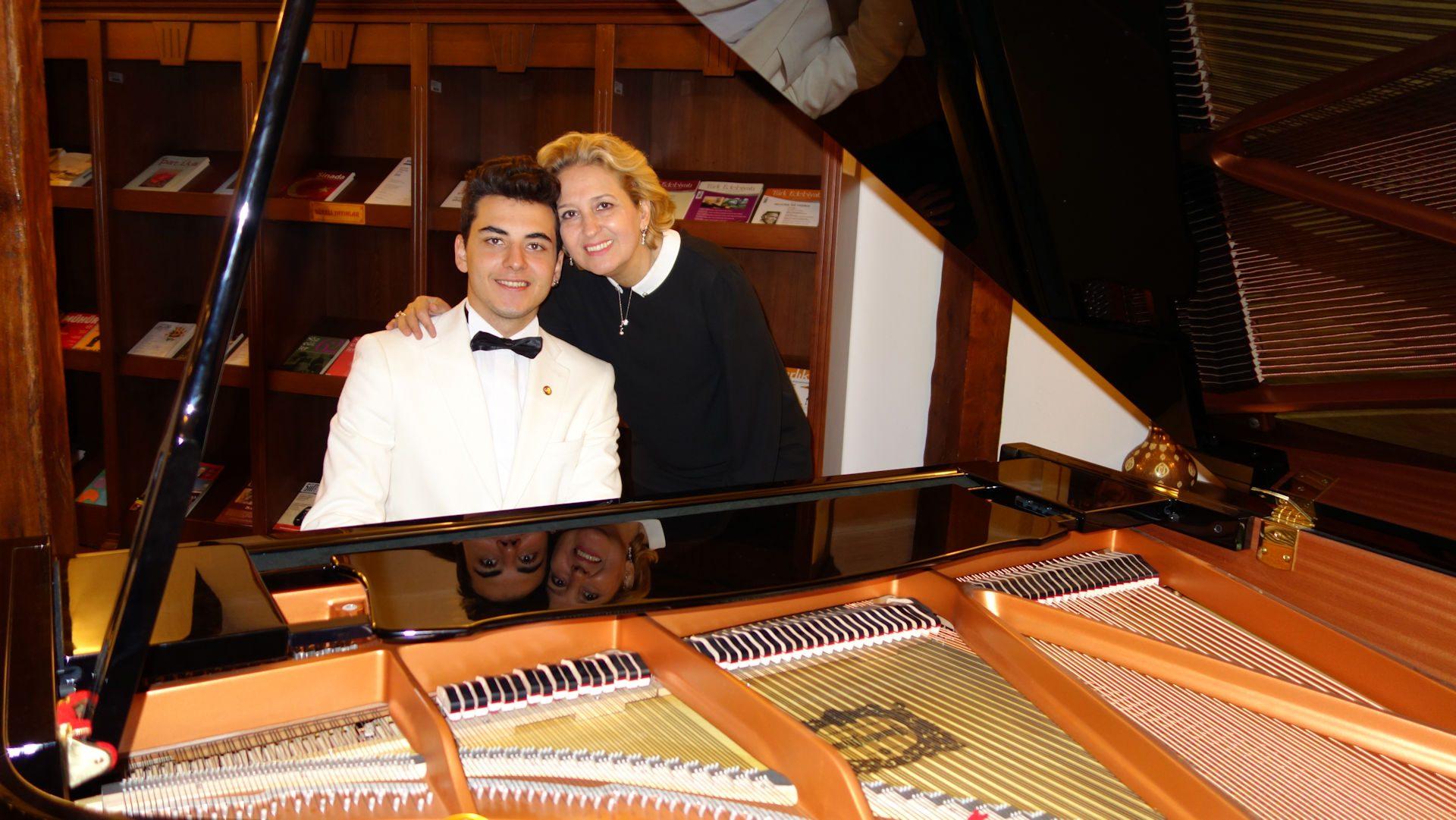 Güneş Yakartepe, Annes Ile. Piyano İle Türküler Şarkılar Konseri.Ödüllü Genç Piyanist, 15 Temmuz İçin 40 Şiir Beste Yazdı
